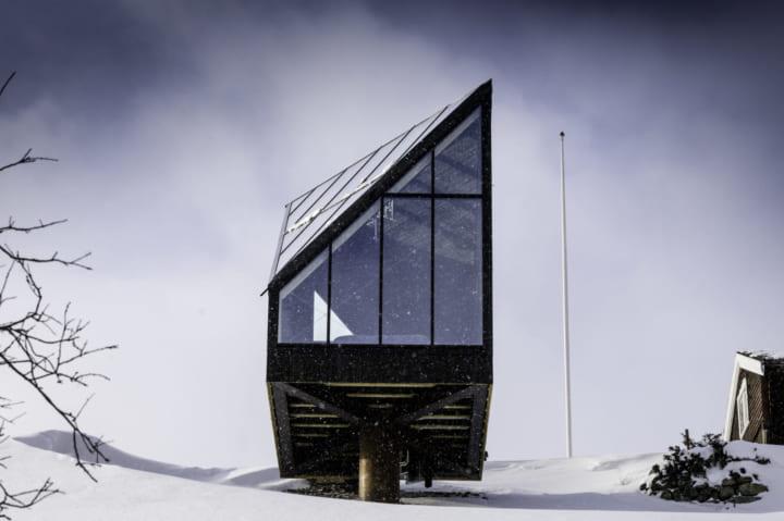 ノルウェーの山上に登場した 古くて美しい木造建築「Diamanten」