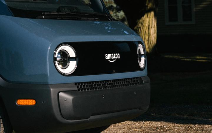 米Amazon、初のカスタム EV配送トラックを公開