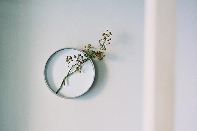 デザイナー西尾健史が季節の移ろいを感じさせる 壁掛け型花器「時を生ける」
