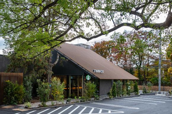 新店舗「スターバックス コーヒー 西東京新町店」 樹齢約300年のクスノキを見守る木造店舗