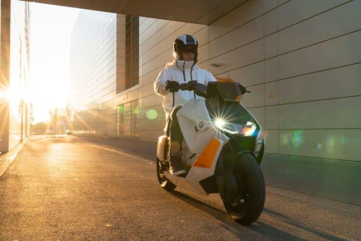 BMW モトラッド、スマートな都市型電動スクーター 「Definition CE04」を公開