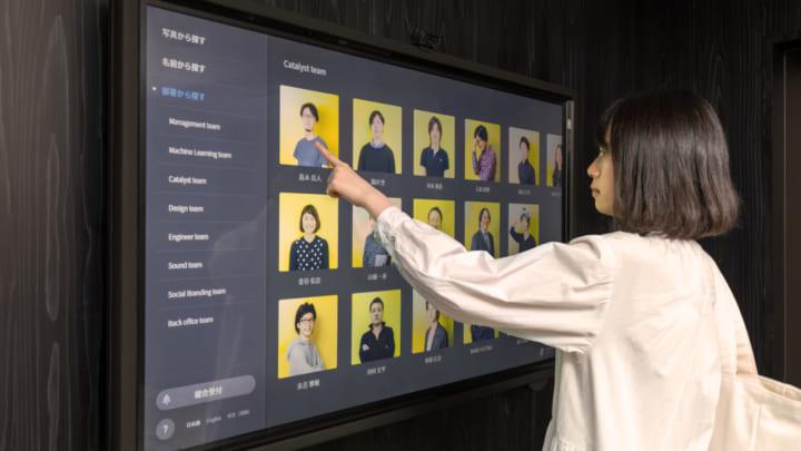 チームラボ、顔写真から簡単に呼び出せる 無人受付システム「FaceTouch」をリニューアル