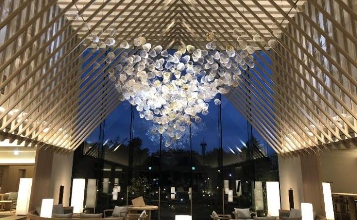 紙のアートワーク500個を吊るした インストレーション「空気の器」が東京SORANO HOTELに展示