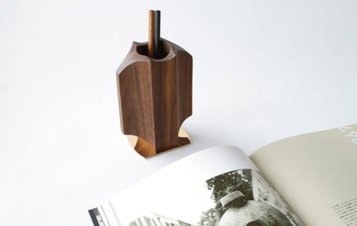 陶芸家ハンス・コパーをオマージュした デザイナー大西宣彰によるデスクホルダー「THISTLE」