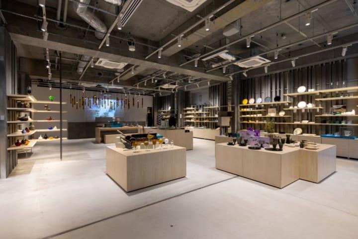 隈研吾が内装デザインを手がけた北欧ライフスタイルの 体験型ショップ「イッタラ表参道 ストア&カフェ」…