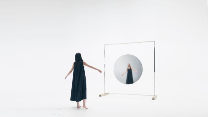 鏡がスピーカーとなって体験者の心拍に呼応 KAITO SAKUMAの音響彫刻「Ether ~Liquid Mirror~」