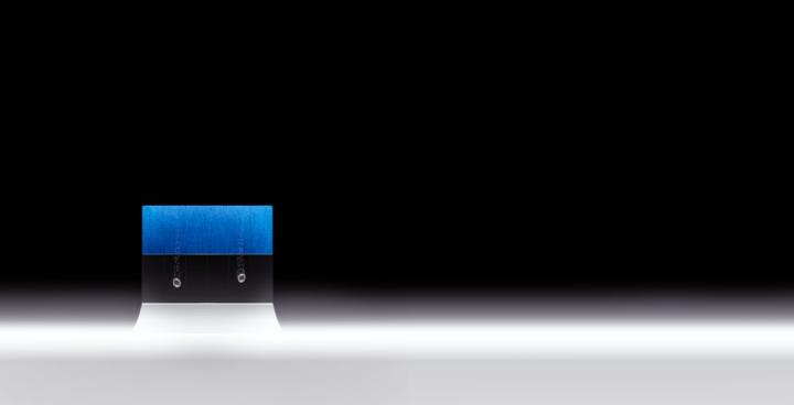 ロボットデザイナー 松井龍哉が手がける 本藍染ガラスアート作品を平等院に奉納
