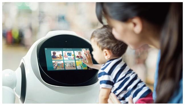 伊勢丹新宿店 玩具売場に接客ロボットが登場 子どもの年齢に合わせたコンテンツを紹介