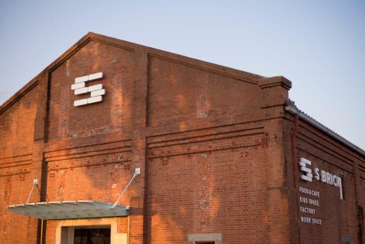 明治時代から残るレンガ倉庫をリノベーションした 淡路島の魅力を体感できる複合施設「S BRICK」