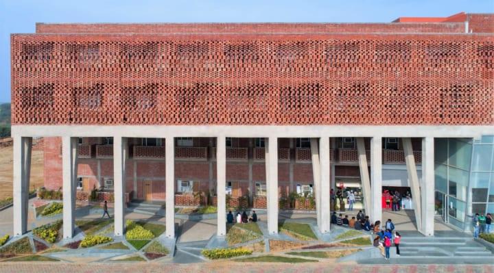 デリーのZero Energy Design Labが手がけた レンガ造りのサスティナブルな学生寮