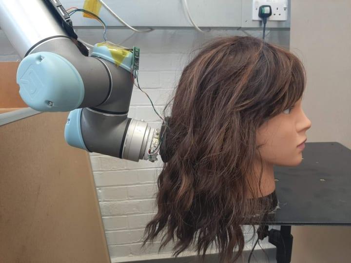 ロボットアームが髪の毛をブラッシング! 看護師の負担を軽減する仕組みをMITが開発