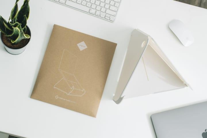 使い手の柔軟性を最大限に引き出す 自立型のラップトップスタンド「オリプラ」
