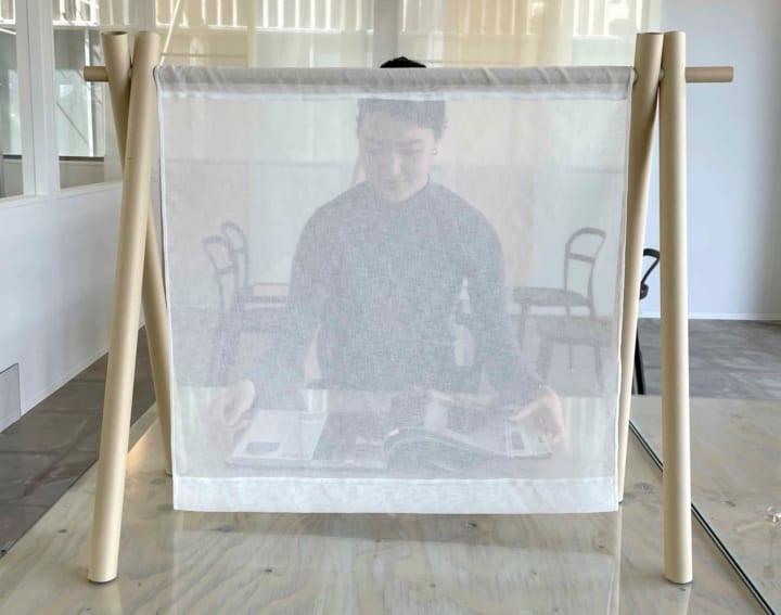 建築家・坂 茂がデザイン監修を手がけた 紙と布で構成された卓上パーティション