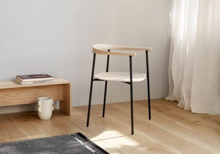 デンマーク・デザインを現代に合わせて再考 TAKTの新作チェア「Arc Chair」