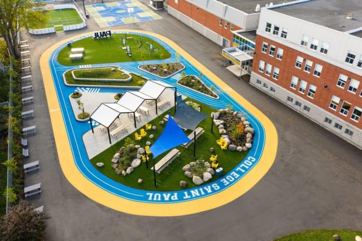 デザインオフィスTaktik designがリデザインした カナダの高校のグラウンド