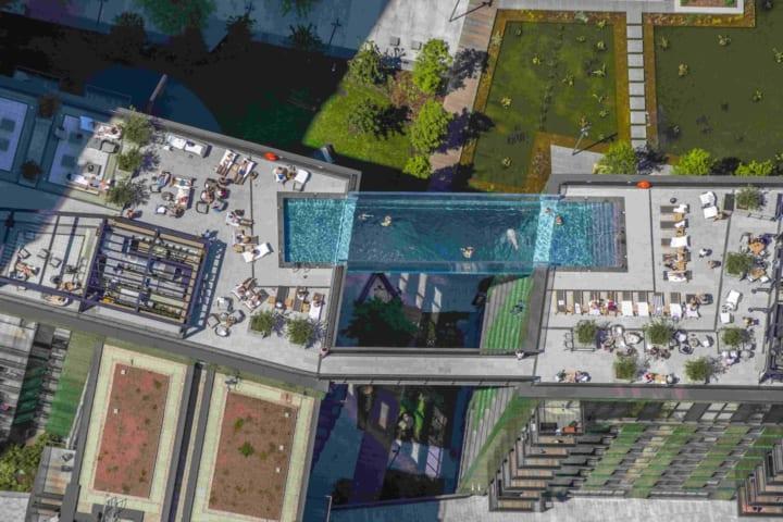ロンドンの地上35mの高さの空中にある 透明のプール「Sky Pool」