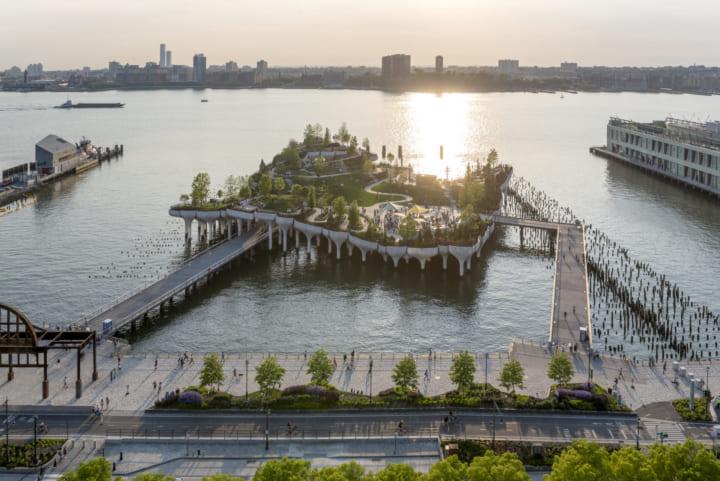 桟橋に起伏をもたせた 米ハドソン川に突き出すユニークな「Little Island」