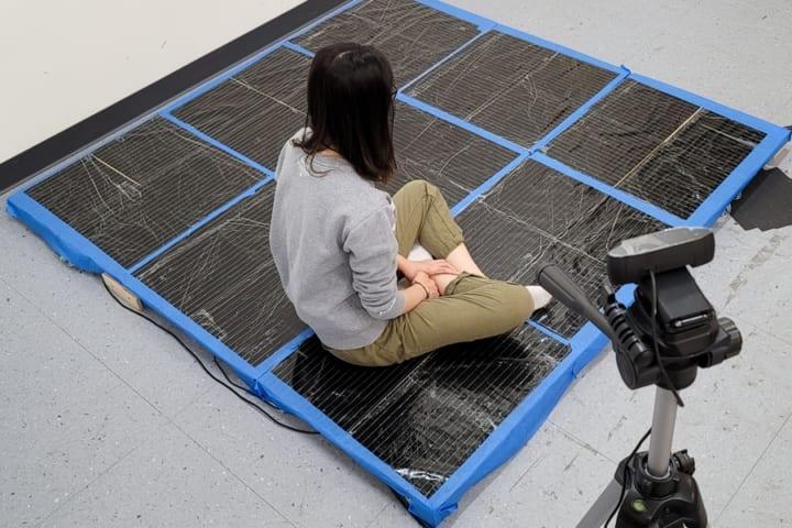 カメラなしで人間の姿勢を測定できる MITが開発する「スマートカーペット」