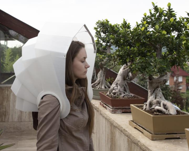 ハンガリーのデザイナーAnna Cserbaが考案 両手が自由に使える傘「AFTER YOU」