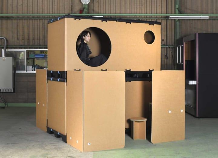黒川紀章のカプセルハウスをモデルに開発した 「ダンボール・スリープカプセル」