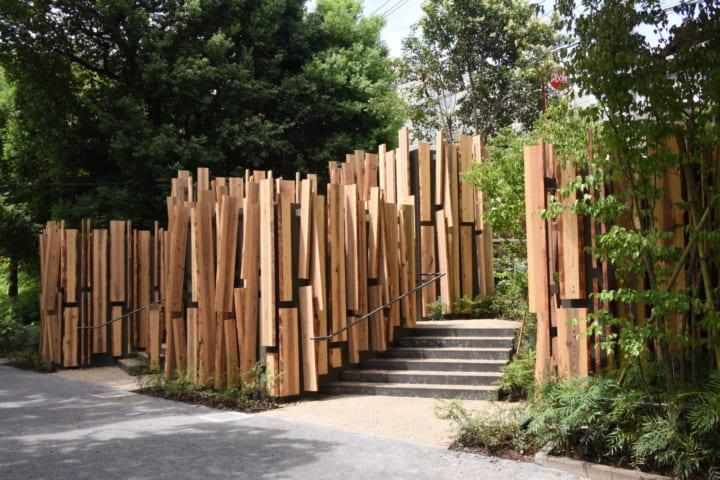 緑豊かな松濤公園に集落のようなトイレの村 隈研吾がデザインした「THE TOKYO TOILET」