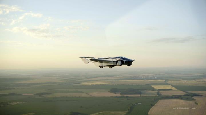 ボタンひとつで変形する空飛ぶ自動車 スロバキア発「AirCar」