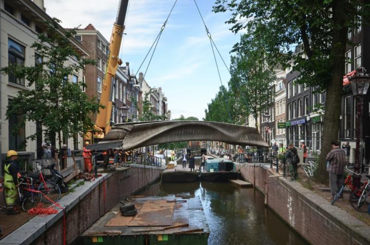 世界初の3Dプリントによる鉄骨構造の橋 アムステルダムの運河に完成