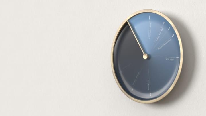 針が進むと文字盤の予定が消えていく デザインオフォス Industrial Craftの壁掛け時計「Sydra」