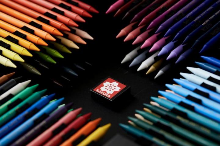サクラクレパス創業100周年を記念した クーピーペンシル100色が登場
