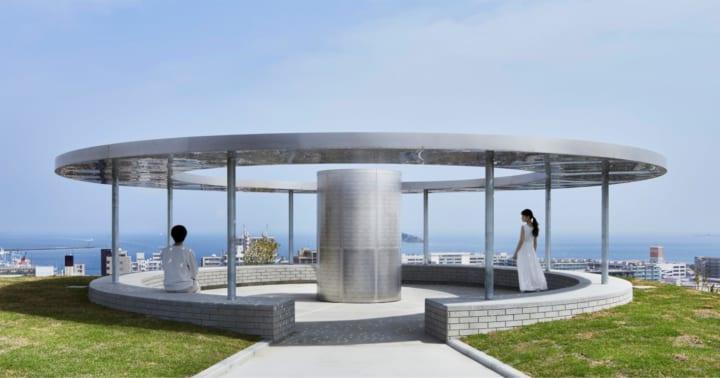 横須賀市「平和モニュメント」がリニューアル 世界12か国語で「平和」の光を照らす