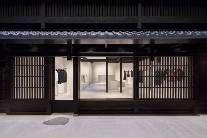 吉岡徳仁が空間デザインを手がける A-POC ABLE ISSEY MIYAKEの新路面店がオープン