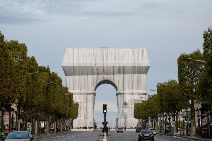 クリスト&ジャンヌ=クロードの想いを受け続ける 凱旋門を「梱包」するアートプロジェクトが完成