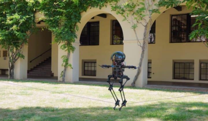 綱渡りやスケートボードもできる 空飛ぶ二足歩行ロボット「LEONARDO」